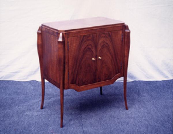 fabrication dun meuble 1930 ossature en noyer massif dessus cts et portes plaqus en ronce de noyer finition rempli cir
